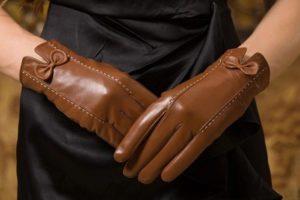 Коричневые перчатки на руках