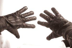 Черные перчатки на руках