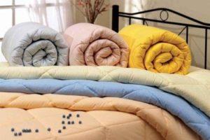 Несколько одеял разного цвета