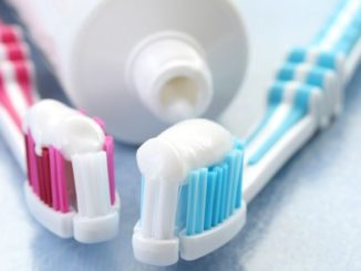 Две зубные щетки с пастой