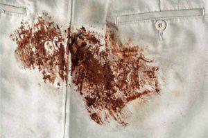Шоколадное пятно на джинсовой ткани