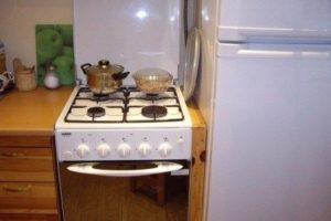 Печь и холодильник рядом