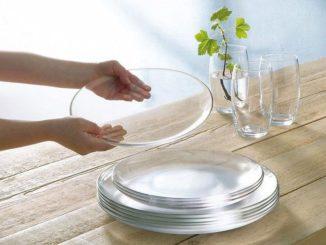 Стеклянные тарелки на столе и в руке