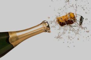 Брызги и пробка от шампанского