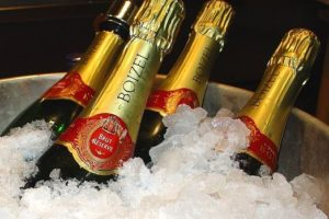 Бутылки шампанского охлаждаются во льду