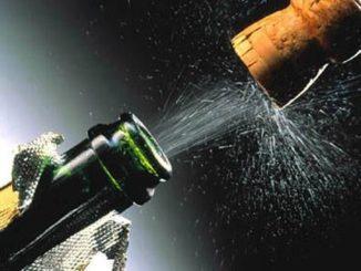 Вылетающая пробка из шампанского