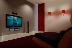 Настенный телевизор в комнате