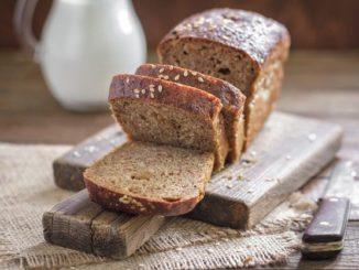 Нарезанный серый хлеб