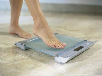 Одна нога на напольных весах