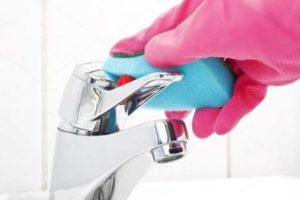 Очищение смесителя губкой