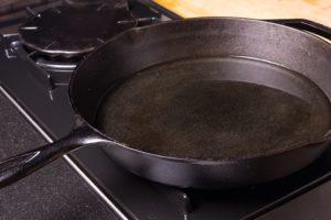 Прокаливание сковороды маслом