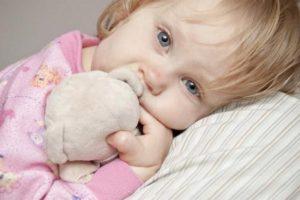 Девочка с мягкой игрушкой