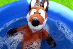 Мягкая игрушка в тазе с водой