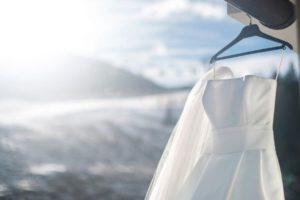 Сушка платья на вешалке на воздухе