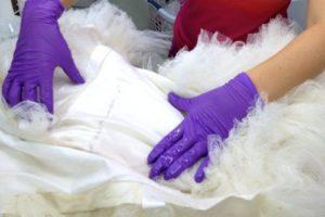Стирка платья в резиновых перчатках