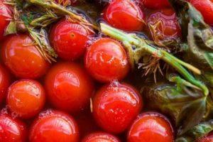 Засоленные помидоры с зеленью