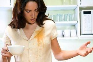 Пятно от кофе на блузке у женщины