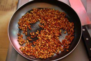 Кедровые орешки на сковороде