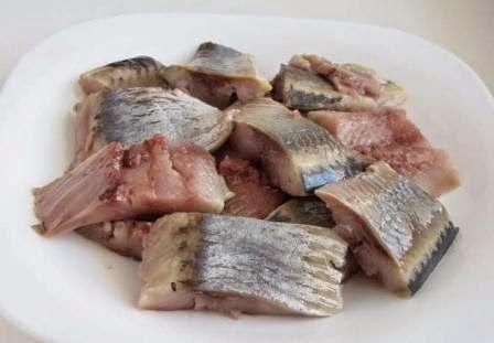 Как быстро почистить соленую селедку: секреты приготовления закуски из нежного рыбного филе без костей