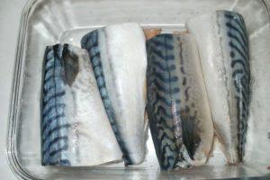 Несколько кусочков скумбрии в стекляной посуде