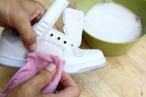 Очищение белых кед