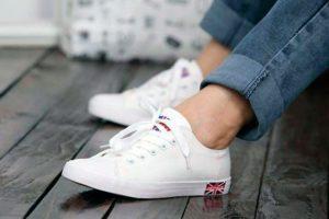 Белые кеды на ногах у девушки