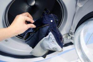 Загрузка джинс в стиральную машину