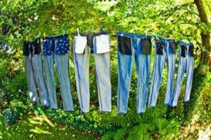 Несколько пар джинс сушатся на веревке