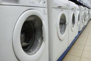 Ряд стиральных машин в гипермаркете