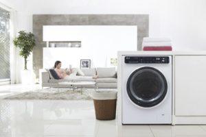 Встроенная стиральная машина в помещении