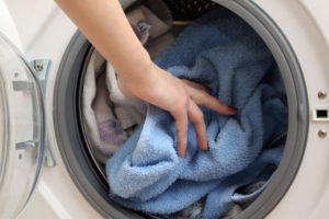 Загрузка бельем стиральной машины