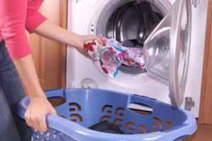 Вытаскивание белья из стиральной машины