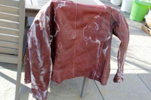 Куртка кожаная бордовая на спинке стула