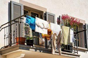 Белье вывешено на балконе на солнце