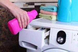 Наливание отделивателя в отсек стиральной машины