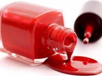 Пролитый красный лак для ногтей