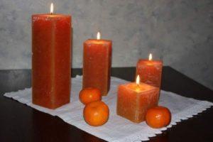 Несколько горящих свечек
