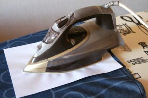 Очищение одежды от воска утюгом