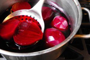 Свекла варится в кастрюле