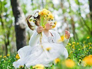 Девочка с букетом одуванчиков