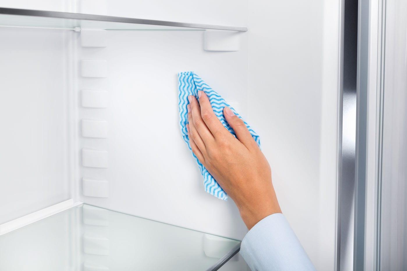 как чистить холодильник внутри